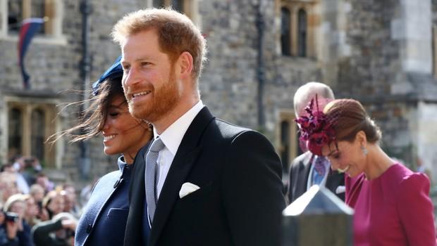 a5dcebe0a326 Princ Harry a vojvodkyňa Meghan ruka v ruke na kráľovskej svadbe.