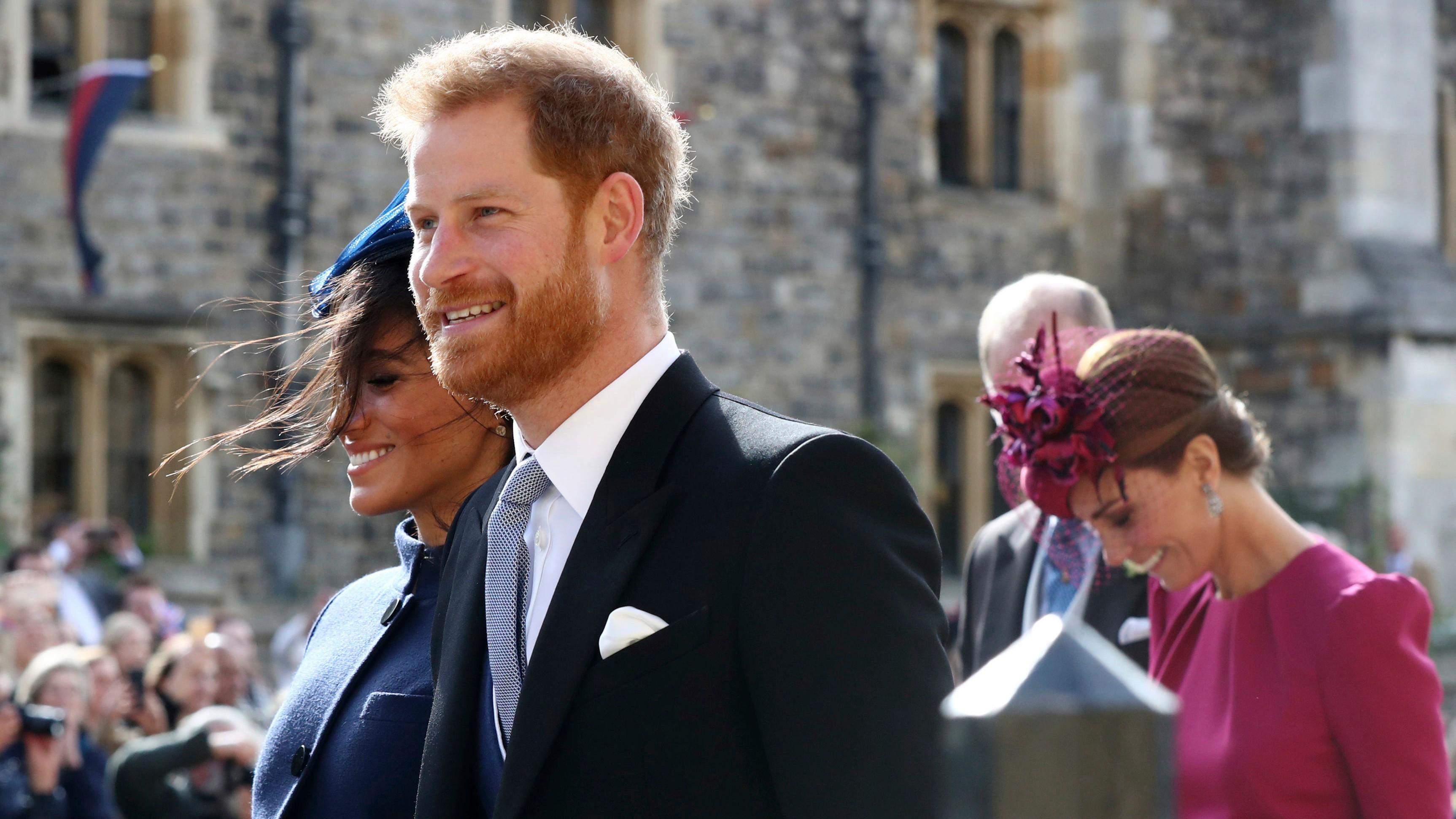 a2514cb7ada6 Princ Harry a vojvodkyňa Meghan ruka v ruke na kráľovskej svadbe ...